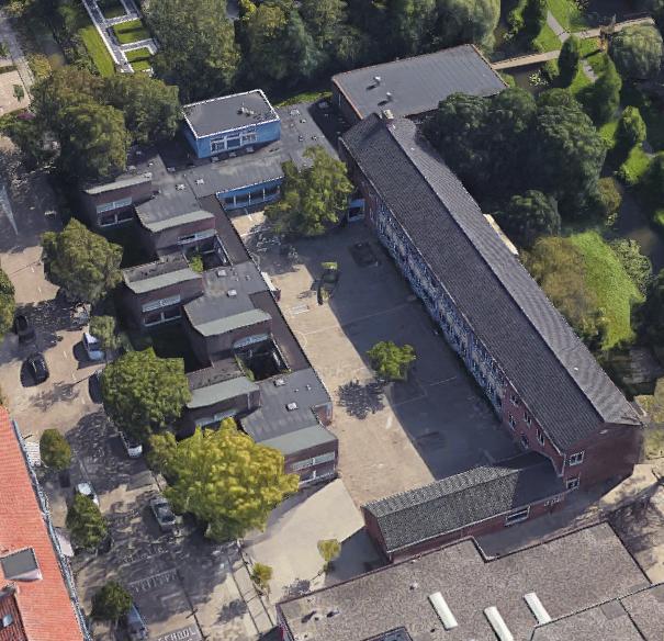 Een betegeld plein van WSKO De Hofvilla voor de aanleg van het nieuwe plein.