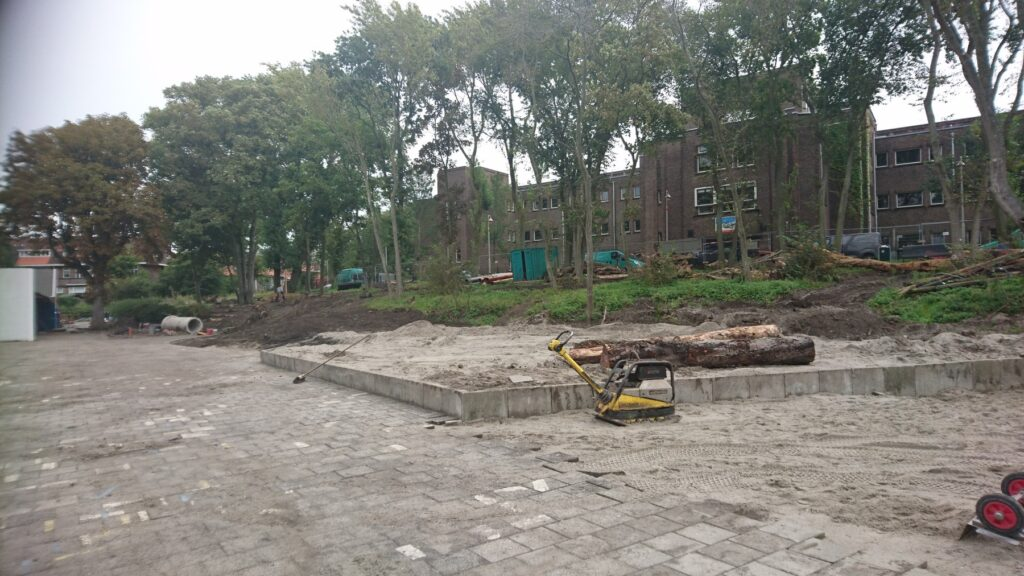Het schoolplein van OBS Het Volle Leven voor de aanleg van het groenblauwe schoolplein. Je ziet heel veel stenen.